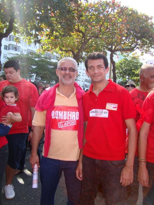 Deputado estadual Gilberto Palmares e Eduardo Manxxxa no ato dos bombeiros